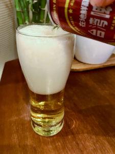 台湾ビールマンゴー味をグラスに注ぐとビールの泡